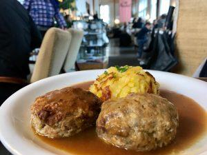 ミートボールがハンバーグの大きさで草 それってハンバーグじゃね? 付いてきたサラダに芋、この料理の付け合わせに芋、今日の晩御飯も芋 #caféprückel #vienna #viennafood