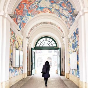 🇦🇹 Le quartier des musées (= Museumsquartier) et ses voûtes multicolores . #viennascene ...