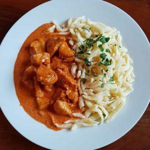 Mittwoch zu Mittag: • Gemüsecremesuppe €3,50 • Eierspätzle mit Salat €6,80 • Paprikahuhn mit Butterspätzle €7,70 #mittwoch...