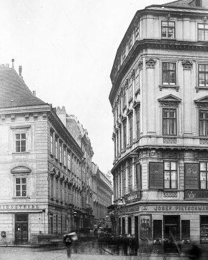 Dreilauferhaus (rechtes Haus, Herrengasse 2). Auf diesem Areal standen ursprünglich vier Häuser, von denen eines (das eigentliche...