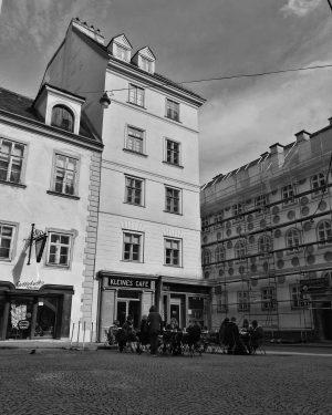 #wienamsonntag #wien #wien1010 #1010wien #wienliebe #wienlove #wiencity #wien_vienna #wien_österreich #streetsofvienna #vienna #ViennaNow #welovevienna #strassenfotografie #straßenfotografie #streetphotography #bnw_globe...