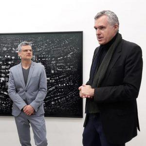 Eröffnung Hubert Blanz: Gerührter Künstler mit Festredner Christoph Thun-Hohenstein. #hubertblanz #openingreception #twentyfourseven #galeriereinthaler #christophthunhohenstein #digitalart #artphotography #chicago...