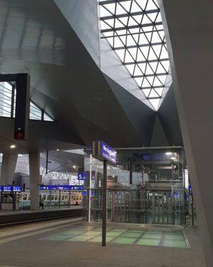 """Das sogenannte """"Rautendach"""" ist charakteristisch für den Wiener Hauptbahnhof. 😍 Danke für deine Aufnahme @wienzufussphotoblog #wienliebe #wienstagram..."""