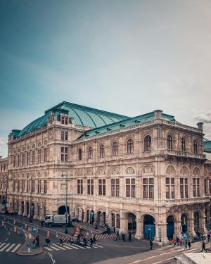 Another one from my recent trip through Vienna with @christian_kremser 😊⠀ ⠀ Vienna's beautiful State Opera. 🎶⠀...