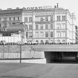 Im Februar 1978 ging das erste Teilstück der Wiener U-Bahn in Betrieb. Beim Abgang vom Resselpark blieb...