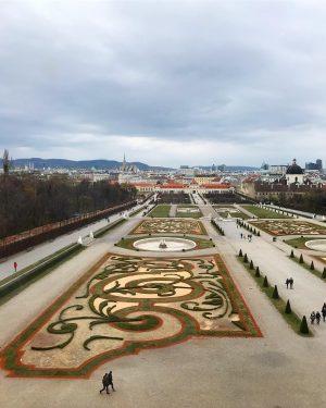 """I giardini del Belvedere e il dipinto di Gustav Klimt, """"Il bacio"""". . . . . #wien..."""