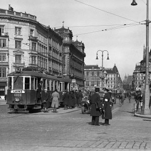 Seit 1932 hat sich zwischen Karlsplatz und Kärntner Straße einiges verändert #wlperspektiven #wienerlinien . Fotoserie
