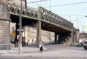 1981 - Als am Gürtel noch die Stadtbahn fuhr. Eröffnet wurden die von Otto Wagner entworfenen Trassen...
