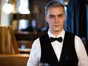 Das Personal des Cafe Hummel im Porträt 🐝 Heute: Benni Er hat bei uns die Lehre zum...