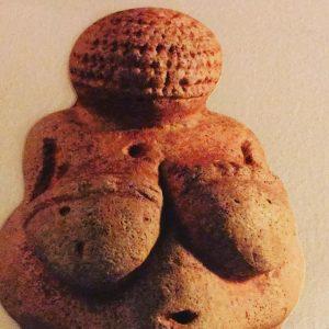 Hoje eu conheci ela : a Vênus de Willendorf uma antiga senhora de 25mil anos . Até...