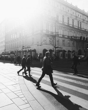 morgens beim Sacher #streetphotographers #strangersinmyfeed #monochrome #vienna #igersvienna #flare #capturinglifelightandshadows #streettogs #wien #innenstadt #city