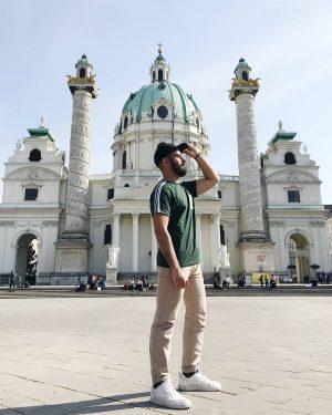 Luces, camara ¡acción! #iglesiasancarlos#chuch#vienna#viena#monumemt#monumento#history#historia#urban#urbano#travel#traveler#travellover#travellovers#travelmood#instamood#viaje#hollydays#austria#guy#beardedman#bearded#barba#beard#cap#night#goodnight