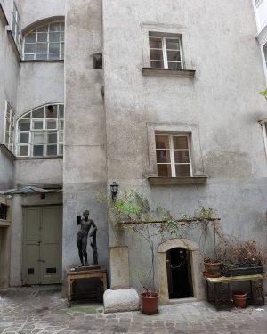 Frühjahrstriebe #wien #vienna #sculpture #innerestadt #wienstagram #igersvienna #wienliebe #viennalove #stadtwien #urbanexploring #viennadaily #visitingvienna ...