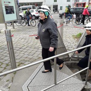 Ivana Zemanová, Tschechiens First Lady, zu Besuch in der Wiener Kanalisation. . #ivanazemanová #miloszemannenimujprezident #staatsbesuch #wienerkanalisation #drittemanntour...