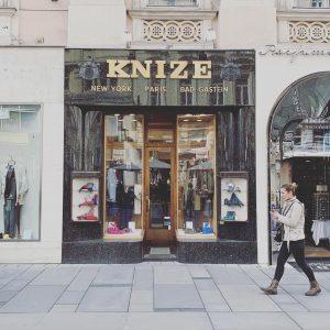 That Facade! That interior!Schneidersalon Knize Adolf Loos 1910-1913 #adolfloos #viennesemodernism #wienermoderne #vienna #wien #knize #architecture #architecturelovers #architecturephotography...