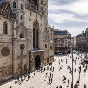Der Stephansdom ist eines der Wahrzeichen der Stadt und wird von den Wienerrinnen ...