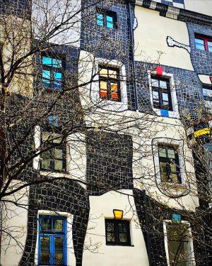 Architettura austriaca. #architecture #architecturephotography #wien#vienna#architetturapopolare #architettura#hundertwasser #hundertwasserhaus #colori#casecolorate #colorhouse