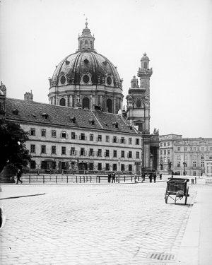 Die Aufstockung des Winterthur-Gebäudes (am neuen Photo mittig) sorgte für hitzige Debatten. Das Gebäude liegt zwischen Karlskirche...