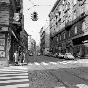 Die Löwenapotheke in der Josefstädter Straße existiert seit 1782, bis 1911 allerdings im gegenüberliegenden Haus. Der alte...