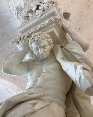 Palau Belvedere, impressionants personatges aguantant el pes del vestíbul #belvedere #sculpture #strongman