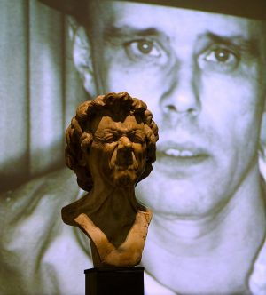 F. X. Messerschmidt meets J. Beuys . . #takingheads #belvederewalk #belvederetalkingheads #belvederemuseum #messerschmidt #josephbeuys #dialog #dialogues #portrait...
