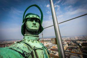 Fitness-Check in 103 Metern Höhe. Schlosser, Techniker der @Stadt_Wien und Statiker haben den #Rathausmann im Zuge der...
