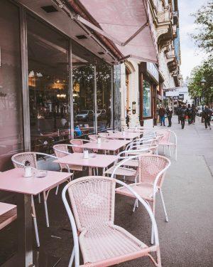 * Guten Morgen🇦🇹 落ち着いた街のカラーに ピンクがよく映える💕💕💕 📍Austria, VIENNA #オーストリアバケットリスト #feelaustria #ウィーン #オーストリア #ウィーン今 #ViennaNow #tabimuse #howtovacationlikesakiiiya