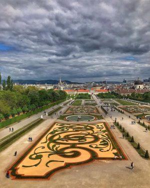 Αν ερχεται το τελος του κοσμου πειτε το τωρα, να φαω ολα σοκολατακια. #belvederemuseum #gardendesign #flowers #cloudy...
