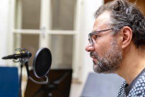 """Im Hörspiel-Studio ist gerade """"Silvester im August"""" von Autor Mischa Zickler. Der Schauspieler Rainer Doppler spricht die..."""