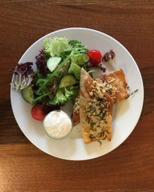 fleischpalatschinken... weil es ist wieder donnerstag! #karotteningwersuppe #krautfleckerl #fleischpalatschinken #mangolassi #kombucha #kuchen #hausgemacht #tagesteller #mittagessen #lunch #mqwien...