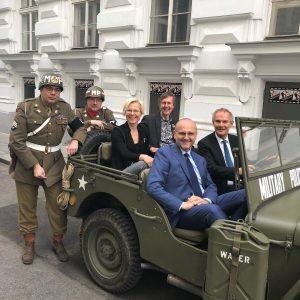 Die 4 im Jeep 🤗 mit Wientourismus Direktor Norbert Kettner, dem Britischen Botschafter Leigh Turner, dem 3....