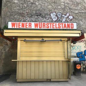 Habe ich schon erwähnt, dass mein Mann gemeinsam mit Mike Lanner einen Würstelstand (in der Pfeilgasse, Josefstadt)...