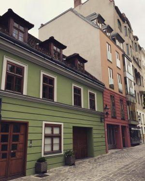 Wien ist bunt. #häuser #fassaden #farben #architecture #architecturephotography #immobilien #immobilieninvestment #stadt