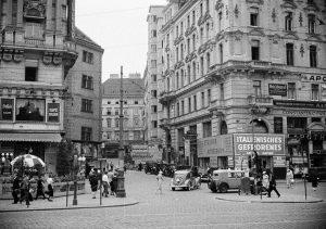 Der Schwedenplatz im Jahr 1935 und heute. Wer hätt's erkannt? Altes Foto: ÖNB, ...