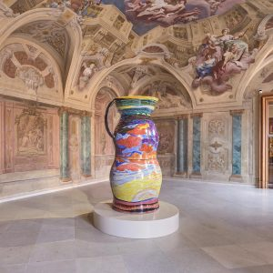 In Carlone Contemporary at Upper @belvederemuseum, @uliaigner juxtaposes a monumental porcelain vessel with the Baroque pictorial programme...