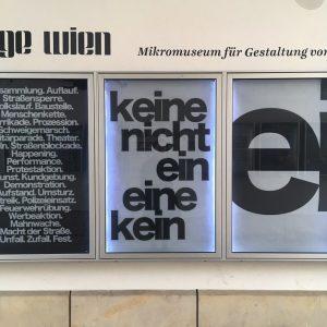 folle d'amore vorrei morire mentre la luna di lassù mi sta a guardare . #museumsquartier #wien #vienna...