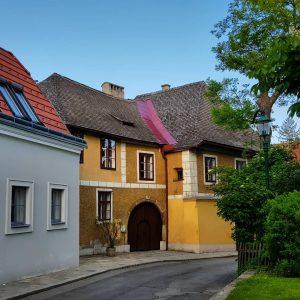 A las afueras de Viena está Grinzing, el barrio del vino en el que se bebe el...