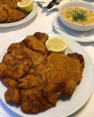 Wiener Schnitzel @ Gasthaus Pöschl #wienerschnitzel #originalwienerschnitzel #kalb #veal #wien #vienna #franziskanerplatz #gasthauspöschl ...