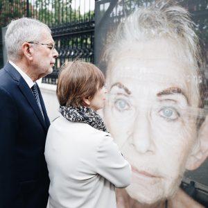 """Die Ausstellung """"Gegen das Vergessen"""" gibt dem Leid ein Gesicht – Gesichter und Namen. Sie stehen für..."""
