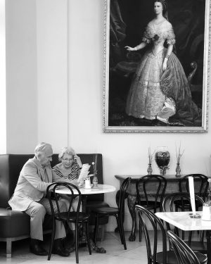 Life goal ... lovely couple 🖤 @belvederemuseum with #Sissy on the wall... #havingbreakfast #andcoffee #blackandwhite #photo #urbanphotography...