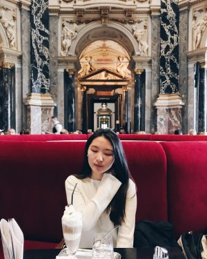 有了奕妘公主的財力,才可以毫無後顧之憂地坐在這個藝術史殿堂的咖啡廳裡。 這個藝術史博物館一樣很推薦,非常地大,認真逛起來可以逛到四五小時。 內部分成埃及、繪畫、貨幣、羅馬希臘時期的雕像等等。 . 到歐洲之後就會發現學生證的重要性,好比搭高鐵多需要那張學生證來買大學生優惠一樣。原價16€,有了學生證只要12€~~~ 再次讚嘆維也納這個充滿藝術跟音樂的都市,建築風格也是貴氣,連地鐵站也漂亮,好喜歡好喜歡。 #érinetraveleurope#Vienna#kunsthistorischesmuseum#erin_coffeelife#coffeehopping