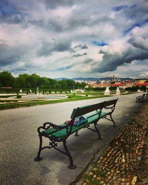☁️#herecomestherainagain ☔️ #seatwithaview #schlossbelvedere #belvederemuseum #springinvienna #aprilinmay #stormytimes in #vienna #dramaticsky #architektur #art #kunst #enjoythemoment #itsinthedetails #ilovevienna...