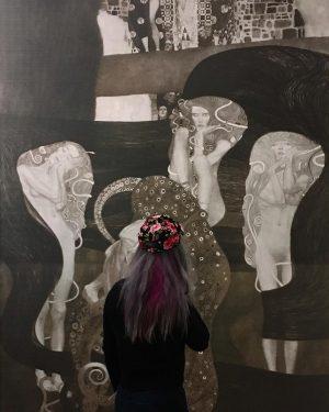 Иногда зритель – часть картины. #zhanna_denisheva_lookingforinspiration #klimt #artaround #museumsoftheworld #🌸
