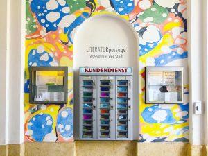 Bir sanat otomatı 🤹♂️ Museumsquartier içinde müzelerin, küçük dükkanların ve pasajların olduğu bir ...