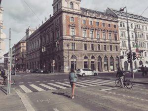 Strolling through Vienna 💫 . . . #travelgram#vienna#explore#vegantravel#viennablogger#austrianblogger#urban#architecture#vintage#viennagirl#igersvienna