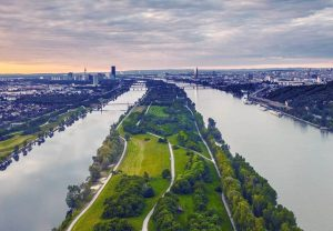 📌 DONAUINSEL 📌 . ☝️Durch Aufschütten der Donauinsel in den Jahren 1972 bis ...