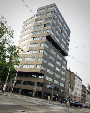 Manchmal wollen wir alle hoch hinaus, oder nicht? 😬 #ottakring #citylove #citylife #city #citystyle #streetsofvienna #wien #vienna...