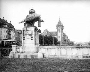 1898, im Jahr der Eröffnung der oberen Wientallinie der Stadtbahn, die neben der Brücke eine Station namens...
