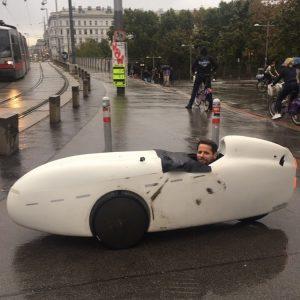 Radeln im Regen? Kein Problem. Es kommt eben auf die Fahrradkonstruktion an. Wie dieser Wiener Radler beweist,...