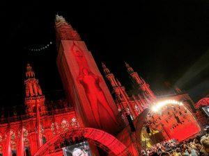 Die @WienerFestwochen wurden am Freitag feierlich eröffnet und das Wiener Rathaus dabei prachtvoll zum Leuchten gebracht. Auch...